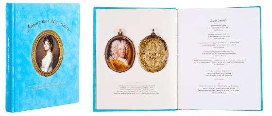 Kansi ja aukeama kirjasta Amour unit deux cours - Henry Lönnforsin miniatyyrikokoelma,<br /> Henry Lönnfors miniatyrsamling.