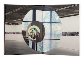 Kansi ja aukeama kirjasta Olafur Eliasson - Pentagonal Landscapes.