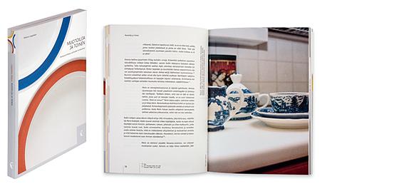 Ett omslag och en öppning av boken Muotoilija ja toinen.