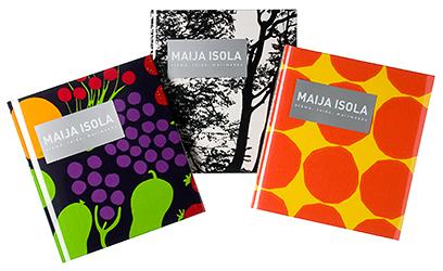 Ett omslag och en öppning av boken Maija Isola - elämä, taide, marimekko.