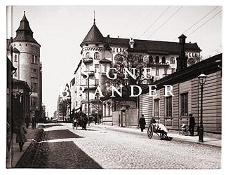 Ett omslag och en öppning av boken Signe Brander 1869-1942. Helsingin valokuvaaja.